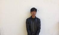 Cướp điện thoại bị cảnh sát bắt, thanh niên đập đầu vào ghế kêu oan