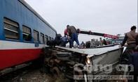Tàu hỏa đâm văng ô tô, lái xe nguy kịch trong ca bin