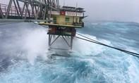 Hình ảnh bão quét qua nhà giàn DK1
