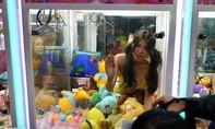 Bị chỉ trích vì trò chơi gắp thú có người đẹp bikini ngồi bên trong