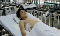 Bé trai suýt liệt hai chân vì bướu khủng trong lồng ngực