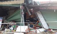 Container tông sập 4 nhà dân