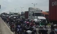 TP.HCM: Xa lộ Hà Nội kẹt xe khủng khiếp