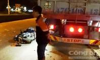 Tông vào đuôi xe tải một phụ nữ nguy kịch