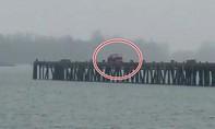 Nghi phạm Mỹ lao ôtô xuống sông để trốn cảnh sát truy đuổi