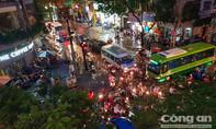 TP.HCM: Mưa lớn kết hợp triều cường, nhiều tuyến đường trung tâm bị ngập
