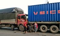 Xe tải tông container trên đường dẫn cao tốc, tài xế thoát chết