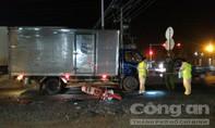 Tông vào đuôi xe tải đang dừng đèn đỏ, một người tử vong