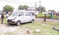 Tàu hỏa tông xe du lịch, 8 người thương vong