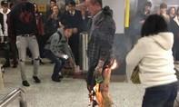 Tấn công bằng bom xăng trên tàu điện Hồng Kông, 17 người bị thương