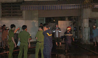 Người dân nâng cửa cứu bảo vệ kẹt trong xưởng in bốc cháy