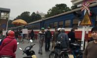 Bị tàu hỏa đâm văng vì đứng cạnh đường ray nghe điện thoại
