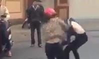 Một nữ sinh bị chặn đánh hội đồng ngay trước cổng trường