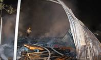 Cháy kho phế liệu, công nhân ôm đồ bỏ chạy trong đêm