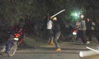 Hai nhóm thanh niên cầm mã tấu, kiếm truy sát giữa đường