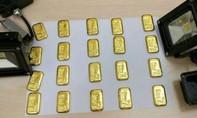 Giấu hơn 1 kg vàng trong... hậu môn để lên máy bay