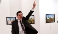 Ảnh hung thủ bắn chết đại sứ Nga đoạt giải ảnh Báo chí Thế giới của năm 2016
