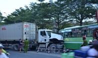 Tìm nhân chứng vụ tránh mô tô, container tông nát đầu xe buýt