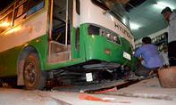 Xe buýt mất phanh cuốn xe máy ở Sài Gòn, 1 người thoát chết