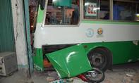 CLIP: Xe buýt cuốn xe máy vào gầm, lôi trên quốc lộ
