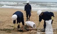 Khẩn trương thu dọn 200 tấn dầu vón cục, rác thải dạt vào bờ biển