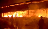 CLIP: Ngọn lửa bao trùm xưởng mộc lúc sáng sớm