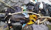 Dầu vón cục, rác thải lại tràn vào bờ biển Quảng Nam