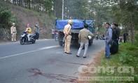 Nam thanh niên lao vào xe tải tự tử