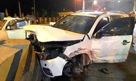 Xe 4 chỗ tông vào trạm thu phí, 5 người bị thương nặng