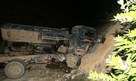 Xe tải lao vào vách núi, tài xế nhảy ra ngoài thoát nạn
