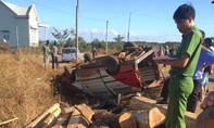 Va chạm với xe máy, một xe chở gỗ lật khiến 2 người chết