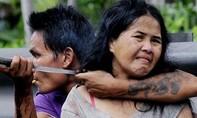 Người giúp việc dí dao vào cổ khống chế chủ nhà để cướp