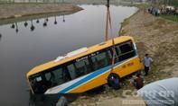 Xe tải đâm đuôi xe bus rơi xuống sông