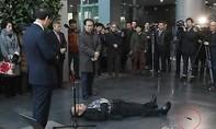Ông lão 79 tuổi rút dao tự đâm mình trước mặt thị trưởng Seoul
