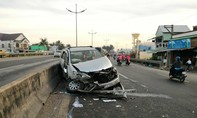 Ô tô bị xe tải ép vào dải phân cách, 6 người thoát chết
