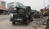 Xe tải tông nhau lao gãy cột điện, một tài xế gãy chân