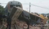 Tàu hỏa đâm ô tô tại tuyến đường sắt Yên Viên - Hạ Long