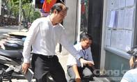 UBND P.Bến Thành tự phá bậc tam cấp trước trụ sở để làm gương