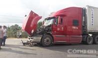 Xe container kéo lê xe máy, một người tử vong