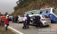 Xe khách chở 42 người tông vào vách núi, nhiều người thương vong