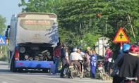 Quảng Ngãi: Kinh hoàng xe khách đang chạy bỗng phát nổ, bốc cháy