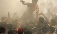 Hình ảnh nhố nhăng, phản cảm trong các lễ hội: Tồn tại đến bao giờ?