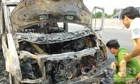 CLIP: Xe khách 16 chỗ bốc cháy rụi trên cao tốc