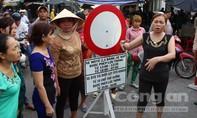 Hàng trăm tiểu thương khốn đốn vì quy định cấm xe ra vào chợ