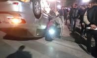 Xe máy tông ô tô lật ngửa, ba thanh niên nguy kịch