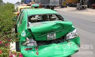 'Hung thần' tông liên hoàn 2 taxi, tài xế đạp cửa tháo chạy