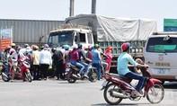 Xe tải kéo lê xe máy trên đường, 2 người thương vong