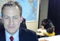 Hai đứa trẻ 'chen ngang' vào chương trình truyền hình trực tiếp của giáo sư