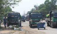 Người dân chặn đoàn xe tải chở đất bay mù mịt