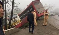 Xe khách và xe buýt lao xuống mép bờ sông, 1 người tử vong